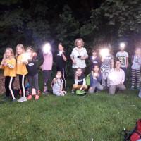 Kinder mit Taschenlampen