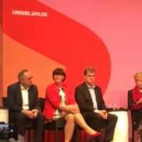 Foto von der Regionalkonferenz in München, zu sehen sind von links nach rechts: Nobert Walter-Borjans, Saskia Esken, Ralf Stegner, Gesine Schwan